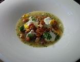 Eierschwammerlsuppe mit Topfenknöderl im Teller