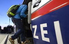 Flüchtling steigt in Polizeiauto