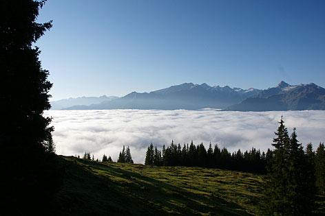 Blick über den Nebel im Pinzgauer Salzachtal von der Hochsonnbergalm bei Piesendorf