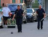 Polizisten am Tatort nach Messerstecherei in Oberndorf