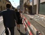 Fußgänger neben abgesperrtem Gehsteig in der Prinz Eugen-Straße