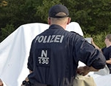 Polizeischüler beim Aufbau von Zelten in Traiskirchen