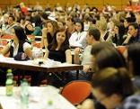 Studenten bei Aufnahmetest für Psychologie-Studium