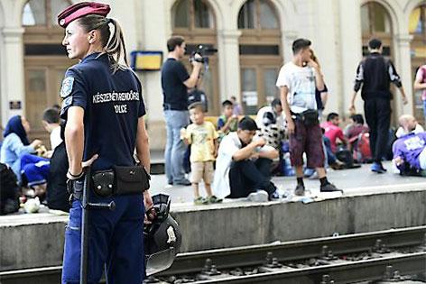 Flüchtlinge auf einem Bahnsteig in Budapest