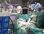 künstliches Herz wird freigelegt, Kunstherz, große Operation