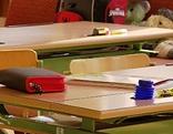 Federpennal am Schreibtisch in Schulklasse