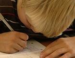 Bub schreibt in der Schule