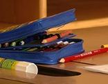 Federpennal am Schreibtisch in der Schule