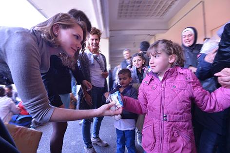 Helferin mit Flüchtlingskind