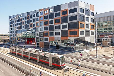 Straßenbahn vor dem Krankenhaus Nord