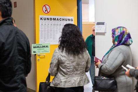 Migranten vor Wahllokal