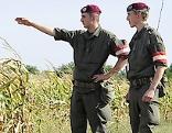 Zwei Soldaten an der Staatsgrenze