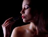 Frau dunkler Lippenstift