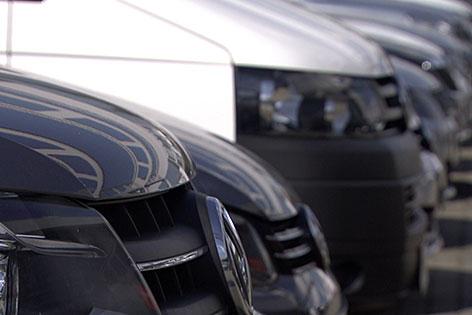 Volkswagen Autos auf Parkplatz