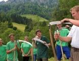 Erlebnis Österreich, Sensen, Mähen mit Zeitgeist - Freiwillige des Alpenvereins unterstützen Andreas Hatzenbichler (re) bei der Almpflege im Nationalpark Kalkalpen.