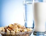 Eine Glasschale mit Müsli und 2 Gläser Milch