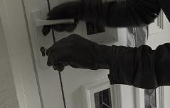 Nachgestellte Einbrecherszene gefilmt mit einer Überwachungskamera