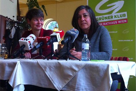 Die neue Grüne Bezirksvorsteherin Silvia Nossek (L) und Vizebürgermeisterin Maria Vassilakou