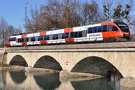 S Bahn Talent Zug der ÖBB auf der Saalach Grenzbrücke auf dem Weg nach Freilassing