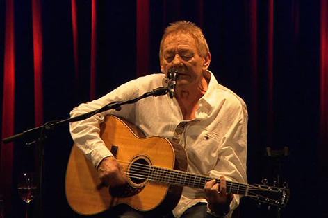 Wolfgang Ambros bei einem Auftritt im Theater am Spittelberg