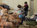 Kleider sortieren Kleiderspenden Caritas Flüchtlinge Gaisbühel
