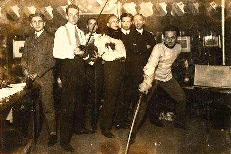 Die schlagende jüdische Studentenverbindung Emunah in ihrem Clublokal in der Servitengasse um 1925