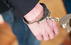 Person in Handschellen