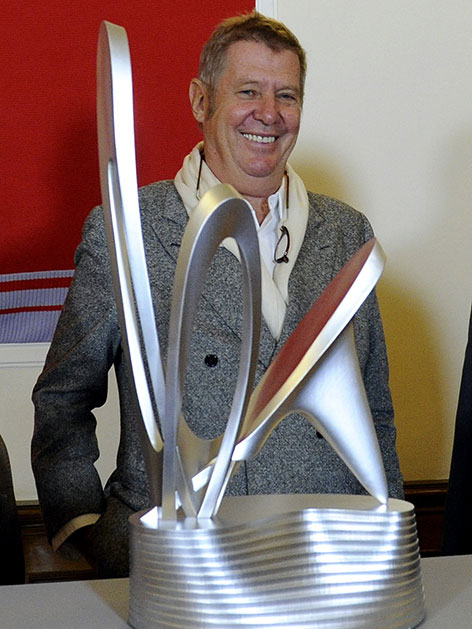 Wolf D.Prix mit Modell des Alban Berg-Denkmals