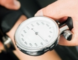 Blutdruckmessgerät auf Arm