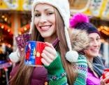 Frau trinkt Punsch  am Christkindlmarkt