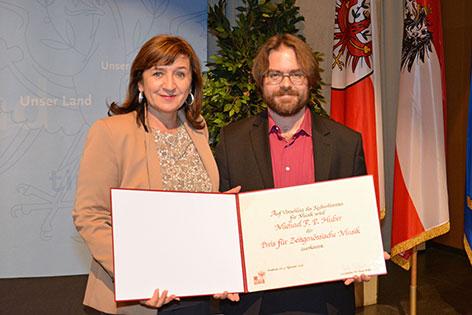 Landesrätin Beate Palfrader mit dem Preisträger Michael F.P. Huber