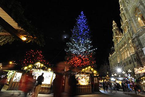 Christbaum in rotweißblau am Rathausplatz