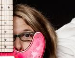 Blonder Engel mit Gitarre