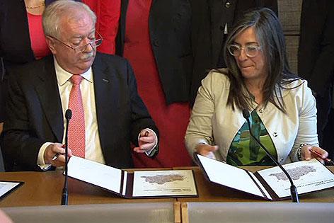 Michael Häupl und Maria Vassilakou beim Unterzeichnen des Koalitionspakts