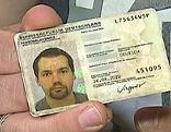 Mann hält deutschen Personalausweis in der Hand