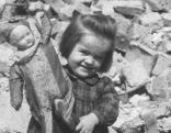 Mädchen mit Puppe in der Hand