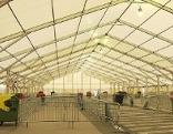 Leeres Zelt in Spielfeld