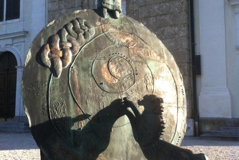 Das Tassilo Denkmal vor dem Stift Mattsee