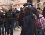 Menschenmenge beim Einkaufen am 8.Dezember