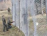 Ein Grenzzaun in Spielfeld