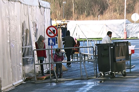 Flüchtlinge bei Zelt in Salzburg
