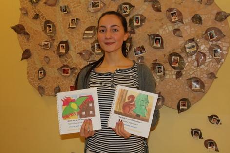 Verena Kuzmics mit den zwei Büchern