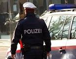 Polizist bei Polizeiauto