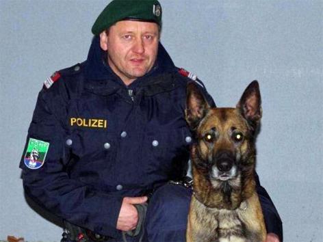 Polizeidiensthundeführer mit Hund Aristo