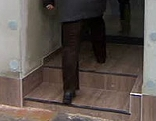 Eingang in Geschäft mit Stufen