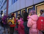 Kinder von Flüchtlingen an ihrem ersten Schultag in Wien