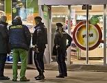 Tatort-Ermittler der Polizei bei der Spurensicherung  OMV Tankstelle in Liefering zum zweiten Mal überfallen