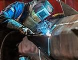 Arbeiter in einem Stahlwerk