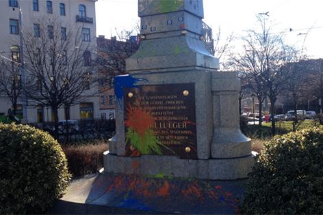 Lueger-Denkmal mit Farbe beschüttet