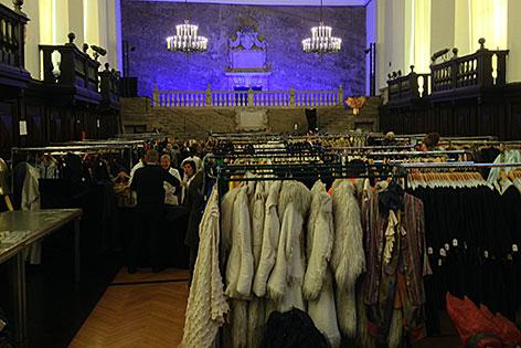 Kostümverkauf im Karl-Böhm-Saal im Salzburger Festspielhaus